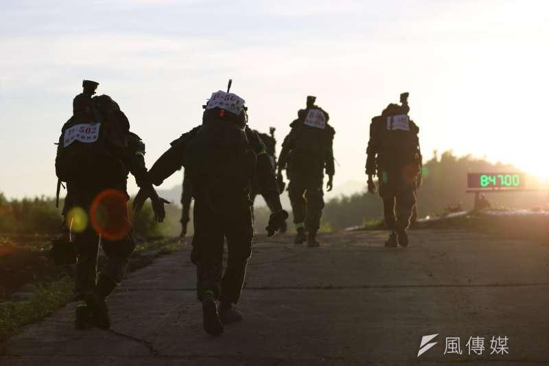 20200915-隸屬航特部特戰營的狙擊組人員,進行負重行軍項目。(取自陸軍司令部)