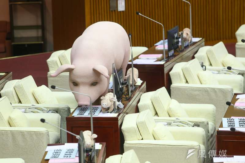 國民黨團要求柯市府承諾「零檢出萊豬」進入北市,台北市長柯文哲未同意,並在承諾書上批註「既然零檢出,就不叫萊豬,logic不通,需再修改」。(顏麟宇攝)