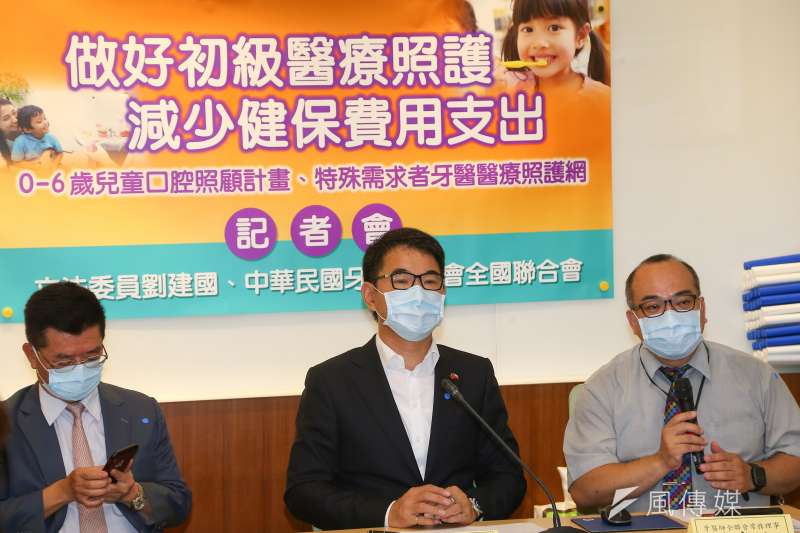 民進黨立委劉建國(見圖)表示,醫院長期替病人插鼻胃管是因「健保對於插管有給付、拔管卻沒給付」。(資料照,顏麟宇攝)