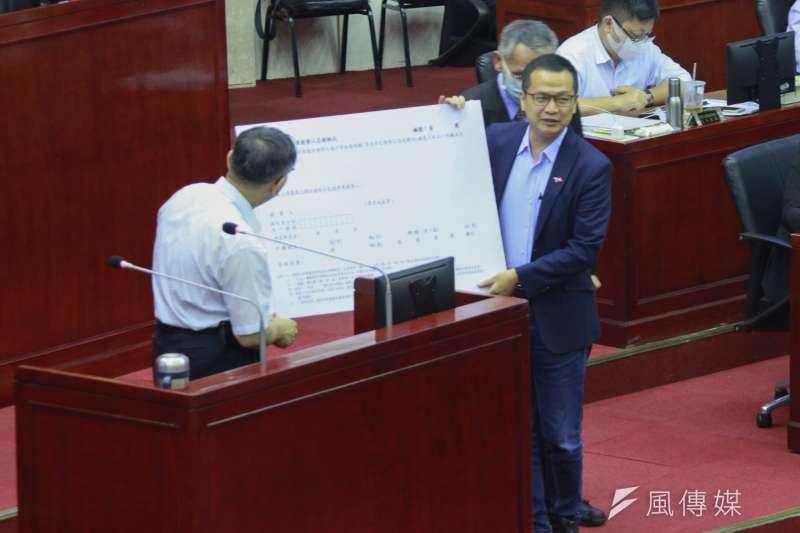 台北市長柯文哲今(18)日下午赴北市議會備詢,國民黨籍市議員羅智強質詢時,請他連署反美豬公投。(方炳超攝)