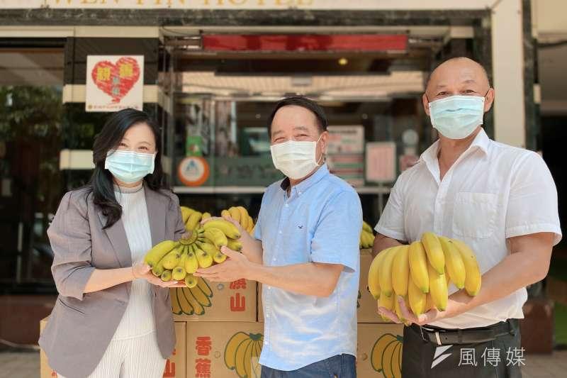 觀光局主任秘書陳依芳致贈產地直送的香蕉,希望防疫旅館的客人都可以吃到最新鮮的水果。(圖/徐炳文攝)