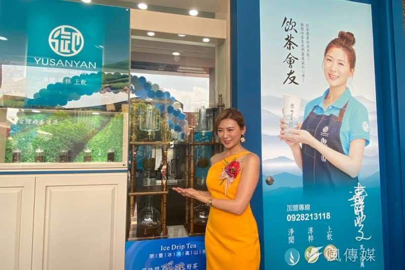 「台劇女王」連靜雯在新開的飲料店擔任一日店長,介紹特有的冰滴茶。(圖/記者王秀禾攝)