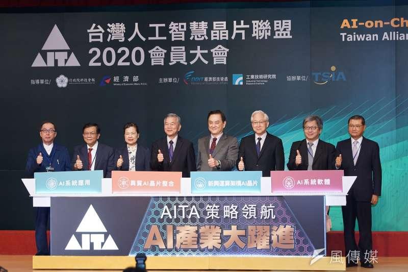 台灣人工智慧晶片聯盟(AITA)21日舉行會員大會,經濟部長王美花(左三)、行政院副院長沈榮津(左四)等都親臨大會致詞。(盧逸峰攝)