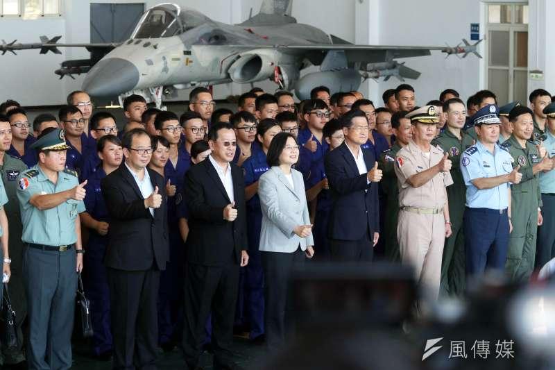 蔡英文總統今日在澎湖也聽取任務簡報,並親自頒發加菜金,慰勉國軍官兵辛勞。(蘇仲泓攝)