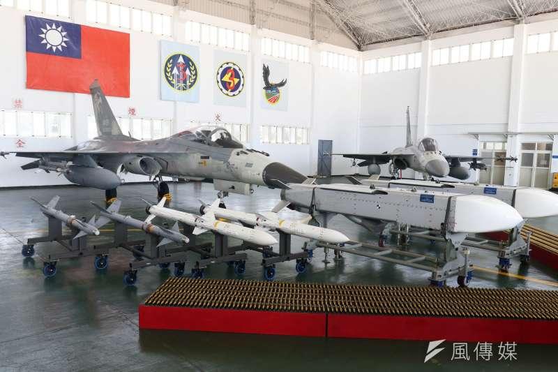 總統蔡英文前往澎湖地區視導當地駐軍,機棚展示AIM-9P4(左起)、天劍二型及萬劍彈。(蘇仲泓攝)