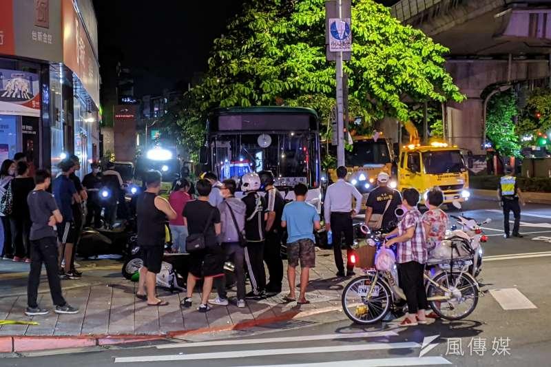 台北市內湖科學園區9月發生公車衝上人行道的車禍,造成1死1傷。(資料照,黃振剛攝)