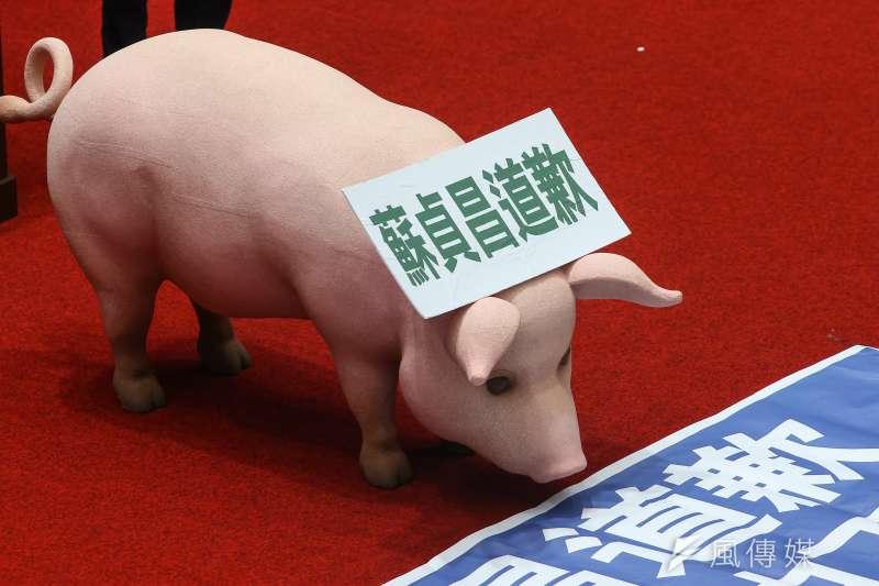 20200922-國民黨立院黨團22日佔領議場杯葛議事,並擺放豬隻模型,要求「蘇貞昌道歉」。(顏麟宇攝)