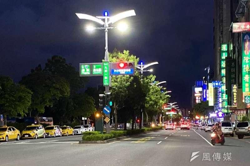 高市今年辦理智能路燈換裝計畫,換裝整體進度已達九成以上。(圖/徐炳文攝)