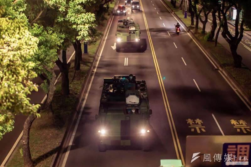 雲豹甲車23日凌晨於台北市中山北路實施夜間機動測試。(取自青年日報)
