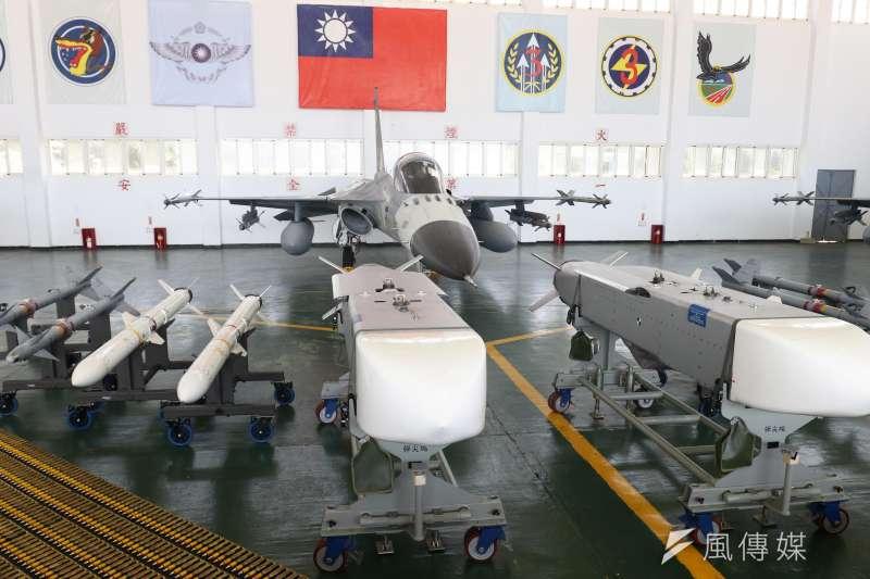 總統蔡英文視導澎湖駐軍,其中空軍「天駒部隊」展示萬劍彈引發關注,不過實際上還出現1款武器的實彈同樣相當罕見。(蘇仲泓攝)