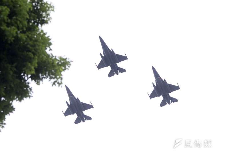 軍方近日舉行國慶大會預演,F-16V戰機24日清晨飛越台北市上空。(資料照,蘇仲泓攝)