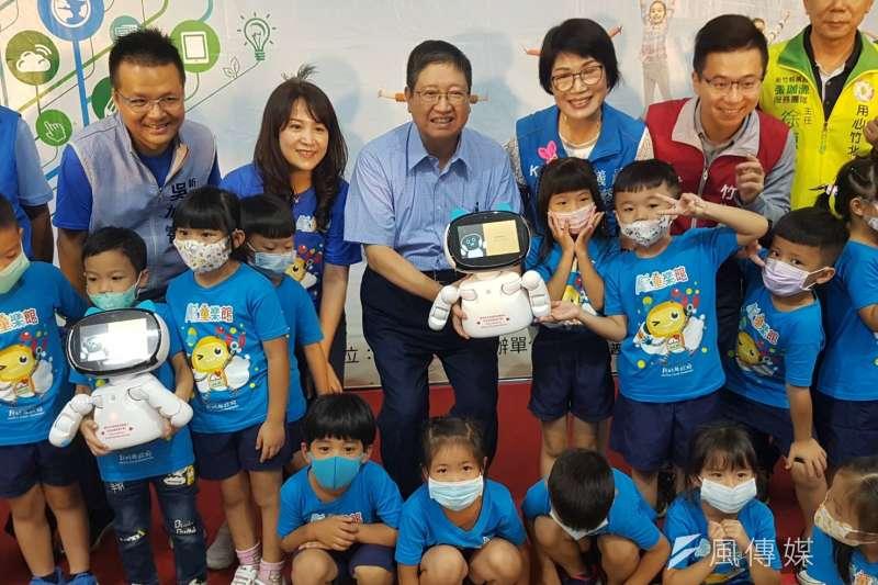 新竹縣規劃「教保服務場所及特教AI陪伴平台」,約有2300名學童有AI機器人「凱比同學」陪伴。(圖/方詠騰攝)