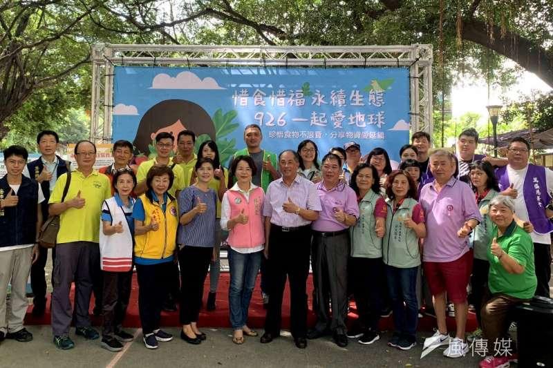 高雄市環保局今於民族社區結合企業舉辦社區惜食物資發送活動。(圖/徐炳文攝)