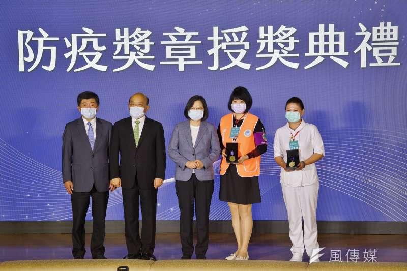 中央流行疫情指揮中心27日舉行「防疫紀錄片首映暨防疫獎章授獎典禮」,總統蔡英文(左三)頒發防疫獎章給醫護人員代表。(盧逸峰攝)