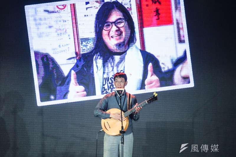 20200927-民進黨於黨慶前舉辦「民主開唱」演唱會,圖為歌手林生祥演唱。(蔡親傑攝)