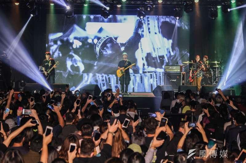 民進黨於黨慶前舉辦「民主開唱」演唱會,圖為滅火器樂團演唱。(蔡親傑攝)