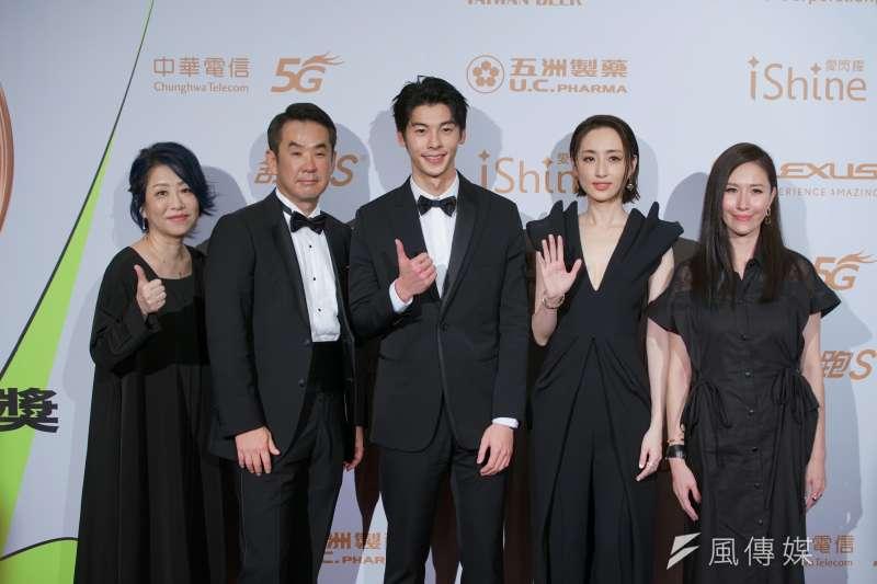 20200926-電視金鐘獎頒獎典禮於26日舉行,想見你獲戲劇節目獎,男主角許光漢(左三)、女主角柯佳嬿(右二)與劇組人員合影。(盧逸峰攝)
