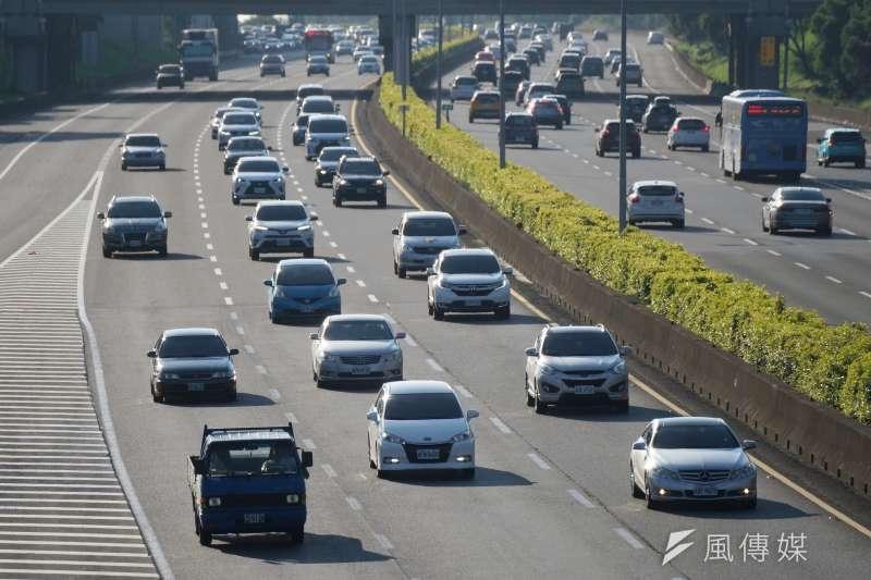 20201004-中秋連假即將結束,國道雖湧現收假車潮,但車流大致順暢。(盧逸峰攝)
