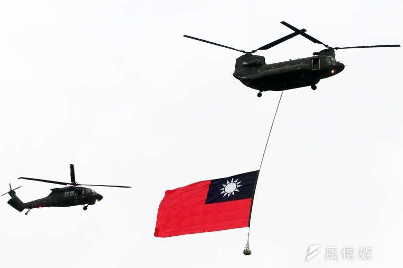 吊掛巨幅國旗的CH-47SD運輸直升機(右)與UH-60M黑鷹直升機(左)。(蘇仲泓攝)