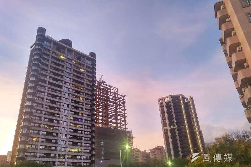 台灣在2009年調降遺產稅,使得不少國人將海外資金匯回國內,並投入房地產,結果帶動了一波房地產的漲價潮。(示意圖,林瑞慶攝)