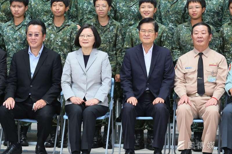 嚴德發(右二)傳出可能於今年底卸任,海軍人士積極為黃曙光(右一)造勢。(柯承惠攝)