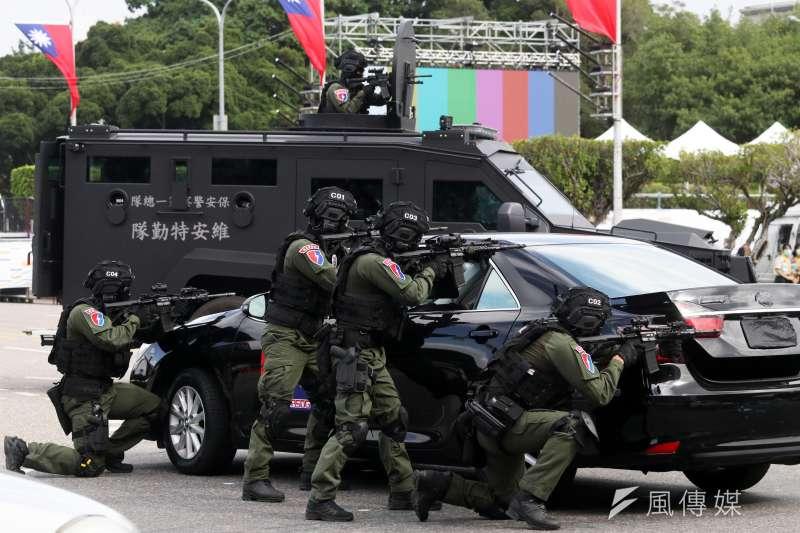 20201008-維安特勤隊反劫持演練,後方車輛為該隊新採購的新式輪型甲車。(蘇仲泓攝)