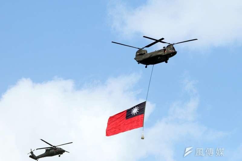 吊掛巨幅國旗的陸航CH-47SD運輸直升機、陸航UH-60M黑鷹直升機。(蘇仲泓攝)