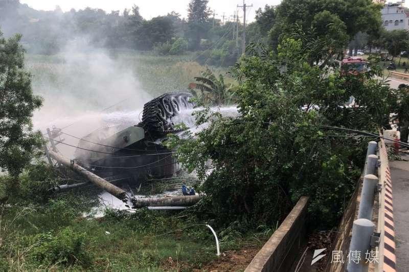 M41A3戰車翻覆現場起火狂燒,冒出濃濃白煙場面相當駭人。(圖/楊經緯攝)