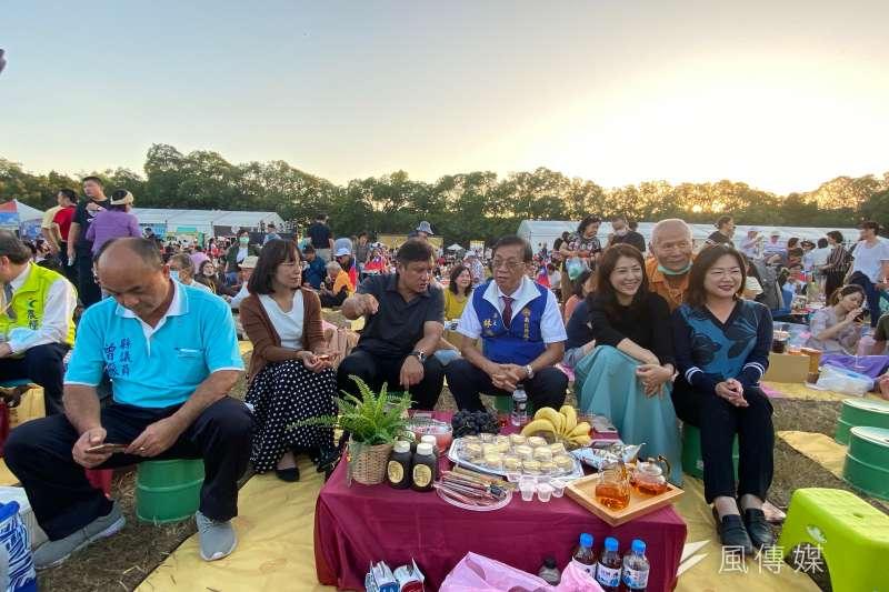 南投世界茶業博覽在傍晚五點舉辦的「馬拉桑野餐趣」更是吸引上千民眾齊聚中興會堂前操場,南投縣長林明溱跟兩位立委馬文君、許淑華也都到場跟民眾一起野餐。(圖/記者王秀禾攝)
