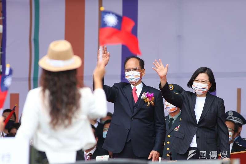 總統蔡英文、立法院長游錫堃10日出席中華民國109年國慶典禮,並向防疫英雄致意。(顏麟宇攝)