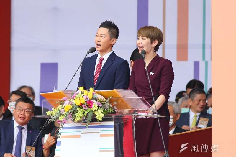 國慶大禮主持人由台籍電視台主播王顯瑜(左)及韓裔新住民魯水晶(右)擔任。(顏麟宇攝)