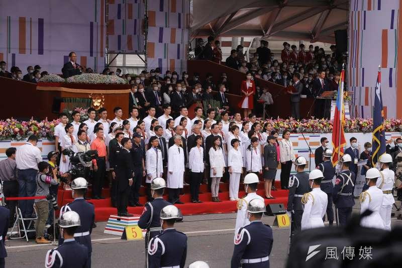 作者認為,中華民國是一個多種族、多元文化的民主國家,不是中國人單一民族國家,更不是專屬於中國人的國家。圖為109年國慶典禮,邀請防疫團隊上台演唱。(資料照,陳品佑攝)