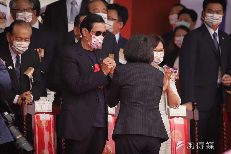 109年國慶典禮,總統蔡英文向前總統馬英九致意。(陳品佑攝)