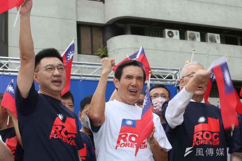 前總統馬英九(中)10日出席國民黨中央黨部國慶升旗典禮,針對總統府國慶主視覺提出批評 。 (柯承惠攝)