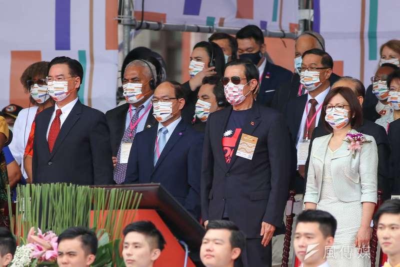 前總統馬英九戴上自己準備的國旗口罩,參加國慶大典。(顏麟宇攝).jpg