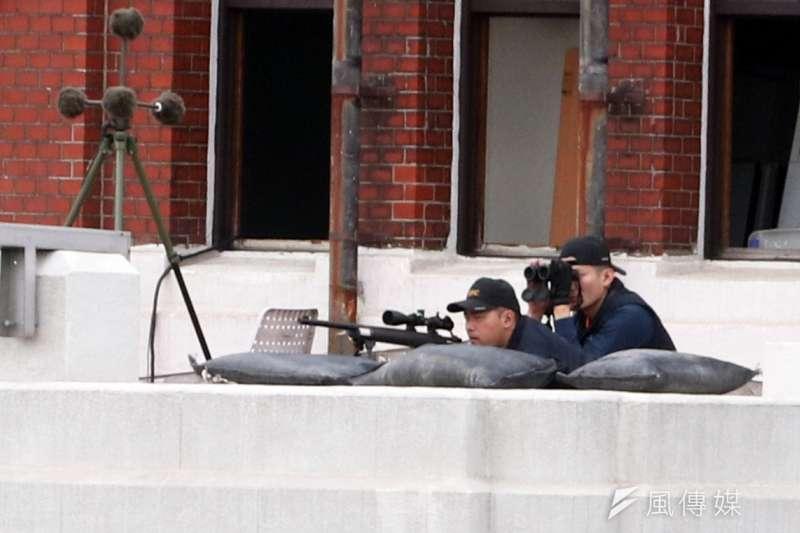 國安局特勤中心10日派出所屬狙擊手,部署在總統府南北塔樓頂端,緊盯府前正面動態。圖為總統府北側塔樓上的反狙擊小組狙擊手、觀測手。(蘇仲泓攝)