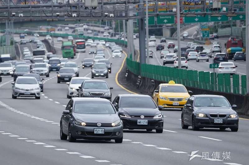 本土疫情延燒,開車是否要配戴口罩引發討論。(資料照,盧逸峰攝)