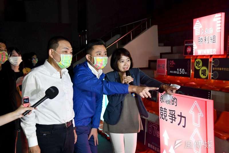 台灣設計展11日於新竹市閉幕。圖為新北市長侯友宜(前排左一)前往逛展時,由新竹市長林智堅(前排中)親自導覽。(資料照,新北市政府提供)