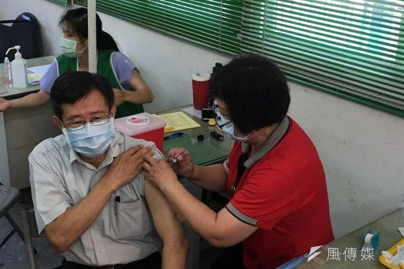 高雄市政府楊明州秘書長接種流感疫苗。(圖/徐炳文攝)