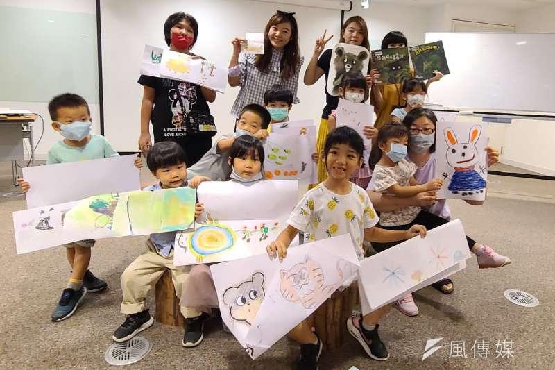 高雄市立圖書館國際繪本中心推出年度鉅獻「開箱bar!台灣繪本沙龍」,孩子在親子工作坊和父母一起開心創作。(圖/徐炳文攝)