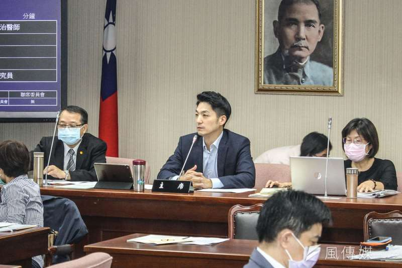 蔣萬安(中)原想避免陷入台北市長選戰議題,後來還是決定撩下去扛召委。(蔡親傑攝)
