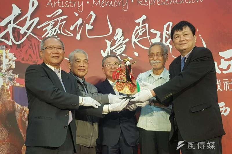 西田社布袋戲基金會董事長陳榮祥(左起)及三位創辦發起人捐贈社藏文物,由交大校長陳信宏代表接受。(圖/方詠騰攝)