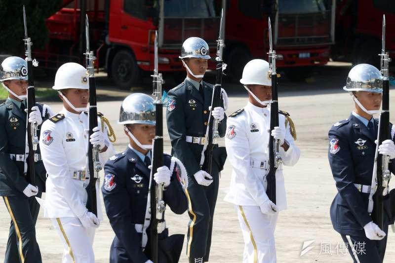 國防部16日在陸軍儀隊駐地「福西營區」,開放媒體採訪三軍儀隊槍法操作方式與官兵練成秘訣。(蘇仲泓攝)