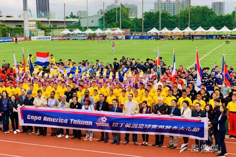 2020台灣拉美盃足球賽:來賓與隊伍球員合照(簡恒宇攝)