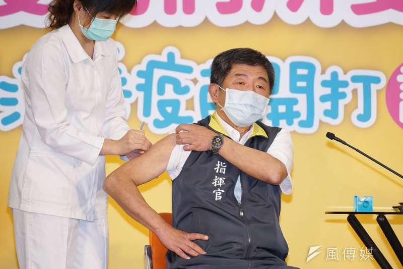 對於南韓近期傳出施打疫苗後死亡的案件,衛福部長陳時中(右)表示,南韓的賽諾菲疫苗與台灣進口的批號不同,會持續關心。(資料照,盧逸峰攝)