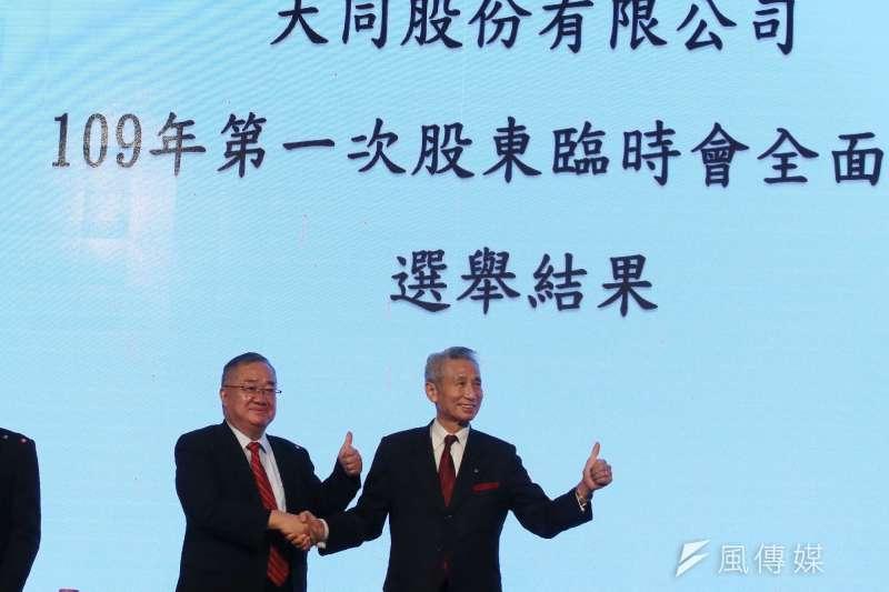 大同市場派成功入主公司,圖為市場派的當選董事王光祥(右)、林宏信(左)會後合影。(柯承惠攝)