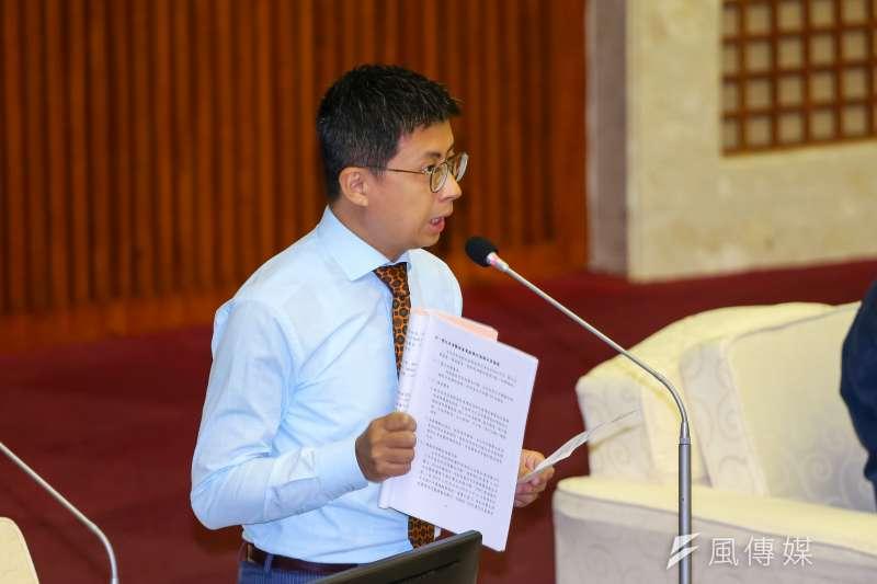 20201023-無黨籍台北市議員邱威傑23日於市議會質詢。(顏麟宇攝)