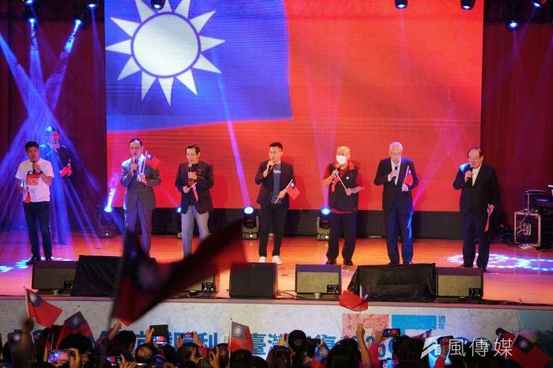 國民黨前主席朱立倫、馬英九、現任主席江啟臣等25日出席國民黨台灣光復紀念音樂會,同台高歌。(盧逸峰攝)
