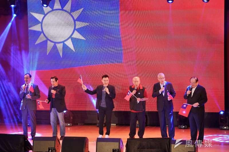 國民黨25日舉行台灣光復紀念音樂會,歷任主席朱立倫、馬英九、江啟臣、吳伯雄、吳敦義等同台高歌。(盧逸峰攝)