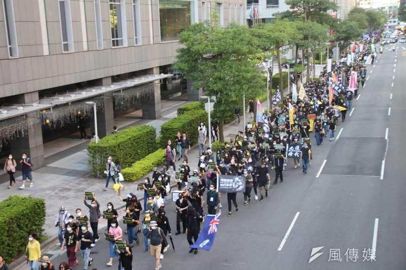 20201025-「香港邊城青年」發起撐港遊行,超過3000位民眾參與遊行,今天(25日)下午從台北捷運忠孝復興站出發,要到香港經貿文化辦事處表達訴求。(黃信維攝)